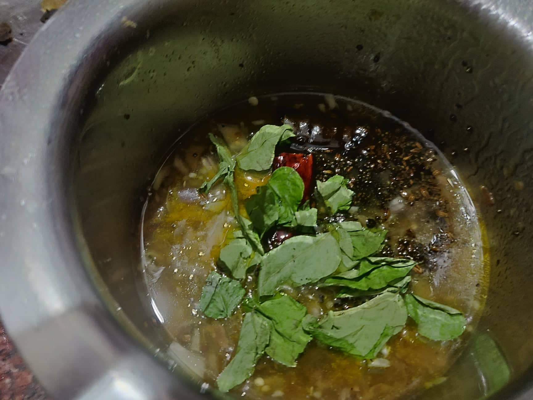 Vankaya_pachi_pulusu - add curry leaves to garnish