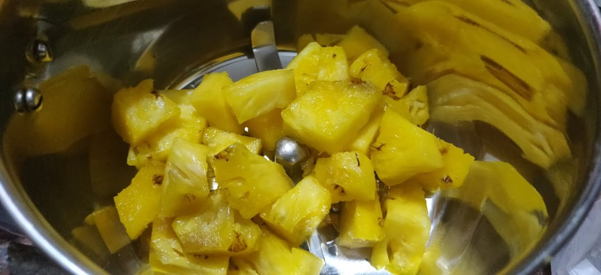 pineapple_juice - Take pineapple in mixer
